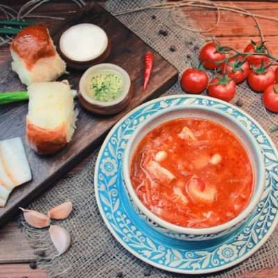 Ukrainian borsch with pampushky, garlic and lard