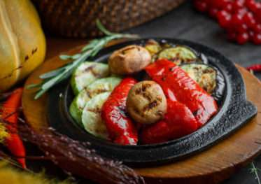 Grilled vegetables with garlic sauce